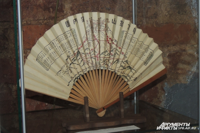 Этот веер побывал на вершине знаменитой горы Фудзи.