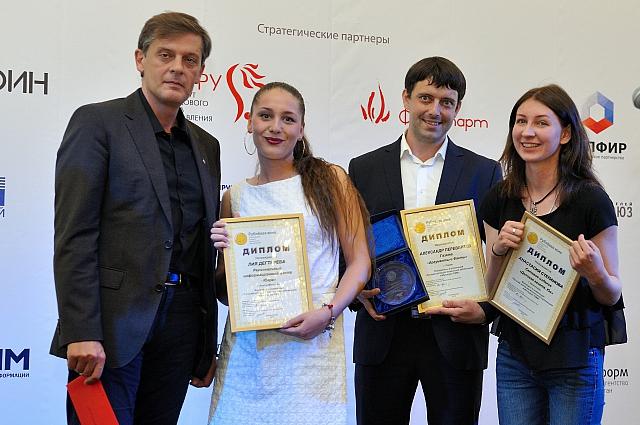 Вице-президент Ассоциации банков России Ян Арт вручил награды лауреатам.