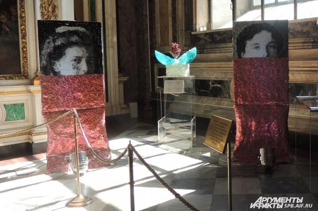 Рядом с каждым портретом находится сердце, выполненное в стилистике яиц Фаберже.