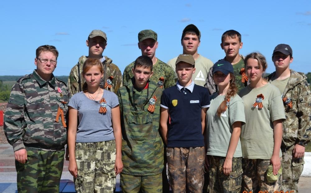 Учитель истории Илья Тупиков (слева) и его команда.