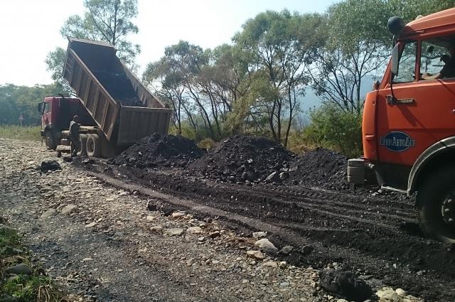 Чтобы засыпать ямы, нужны многие тонны скального грунта.