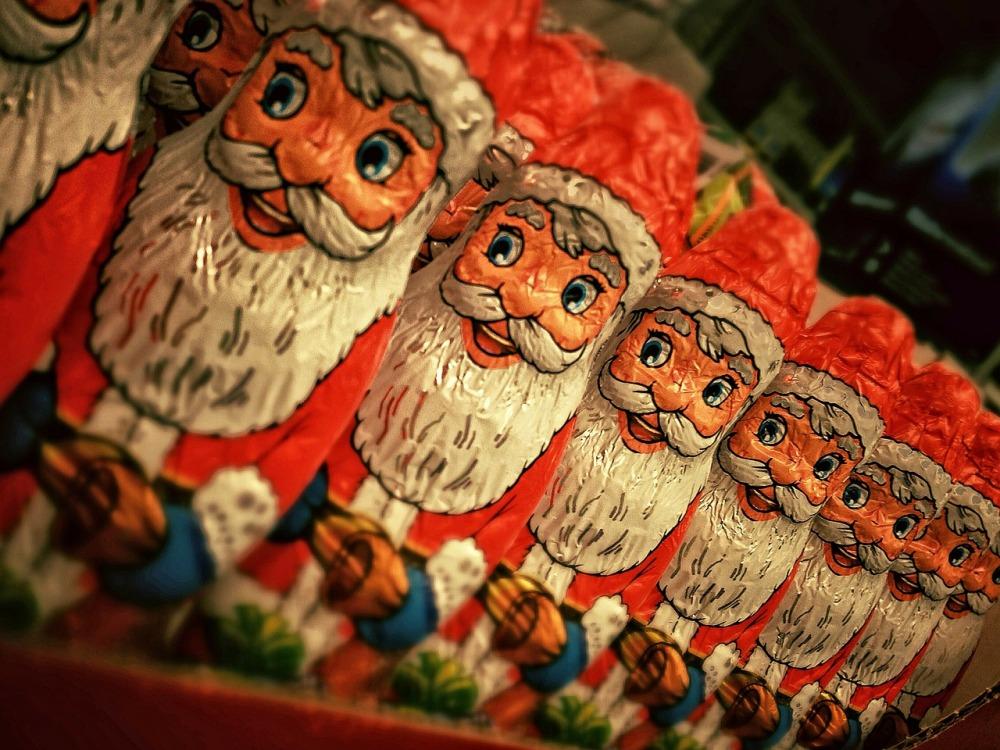 Во время новогодних празников образ Деда Мороза можно встретить повсюду.