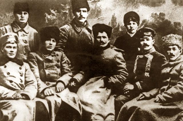 Василий Чапаев (в центре, сидит) с боевыми командирами. 1918 год