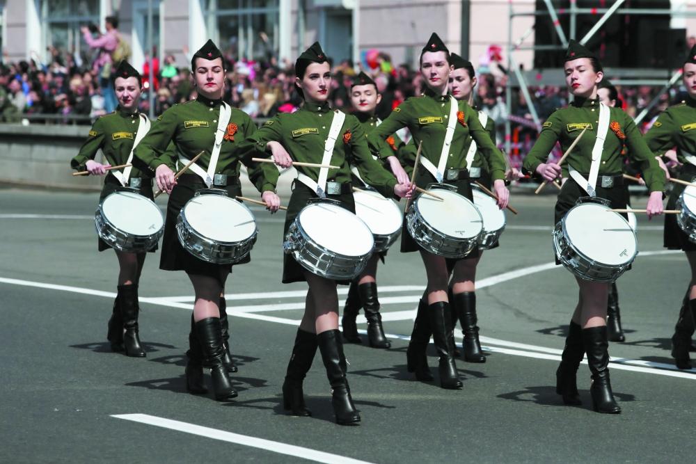 Равнение с барабанной дробью - на ветеранов.