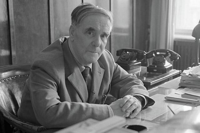 Пётр Леонидович Капица в рабочем кабинете. 1964 г.