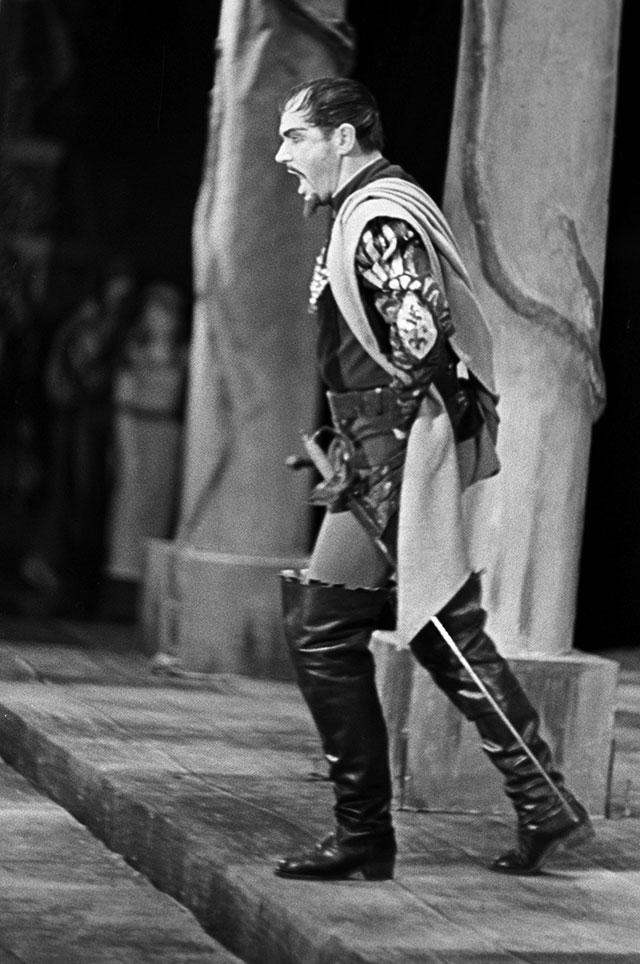 Георг Отс исполняет партию Яго вопере Верди «Отелло» насцене театра «Эстония». 1964 г.