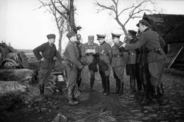 Антипартизанская карательная операция. Каминский с группой членов своего штаба и сотрудников полиции порядка.