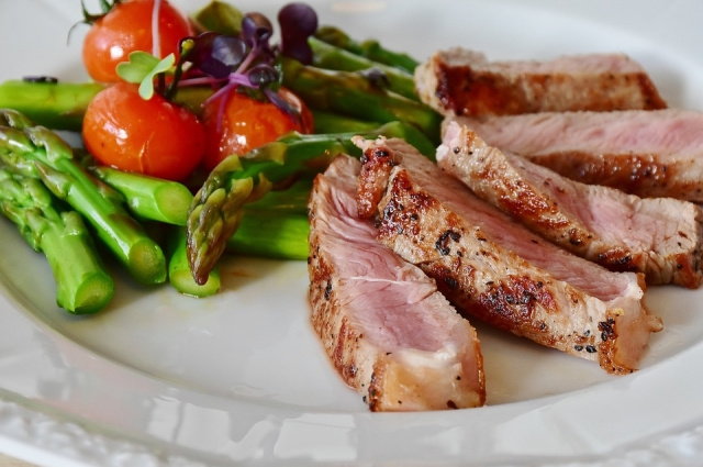Выбор Месси - мясо со спаржей и помидорами черри.