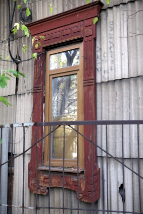 Наличник на окне указывает на стиль модерн