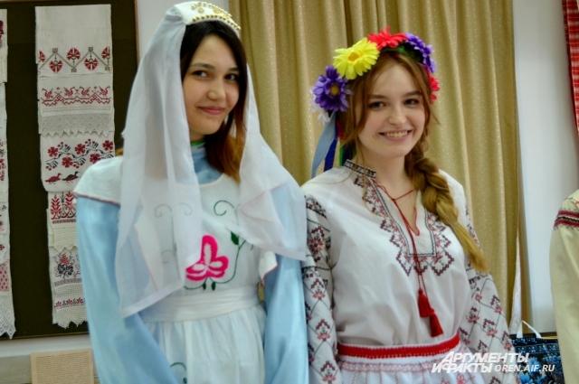 Полотенца и рушники - первые «гости» на свадьбе, новоселье, встречах гостей.