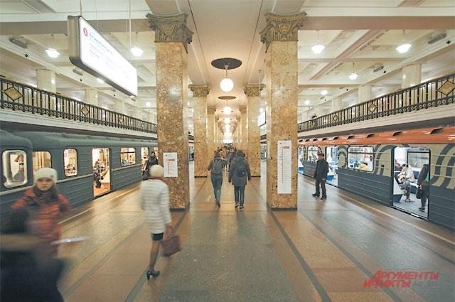 На станции метро «Комсомольская» (открыта в 1935 г. в составе первого участка подземки) лавочек нет.