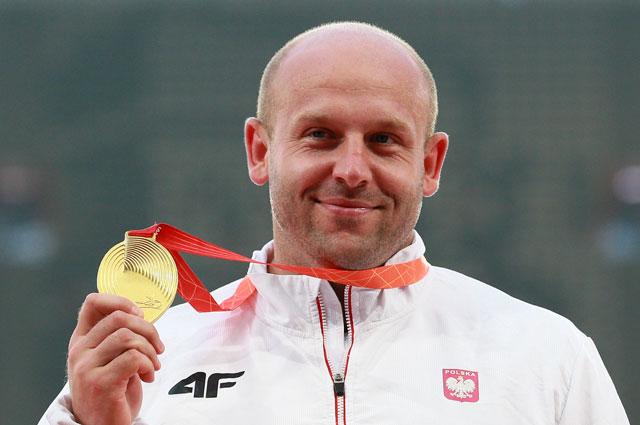 Петр Малаховский (Польша), завоевавший золотую медаль в соревнованиях в метании диска на чемпионате мира 2015 по легкой атлетике в Пекине, на церемонии награждения.