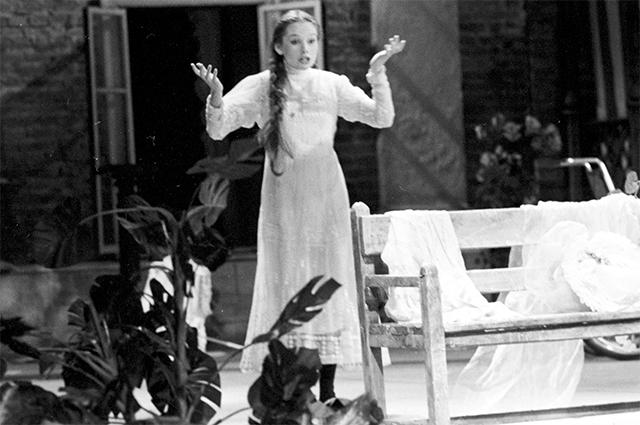 Елена Корикова в роли Нины Заречной. Сцена из спектакля по пьесе А.П. Чехова