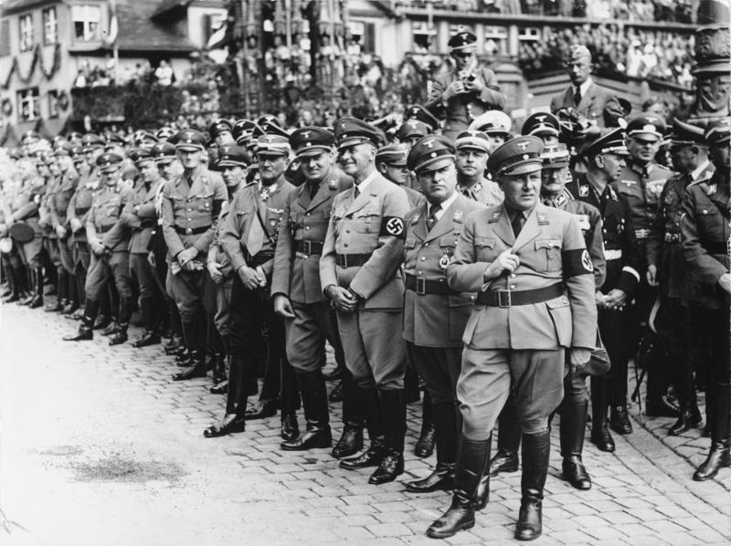 Мартин Борман (третий справа), 1938 год.