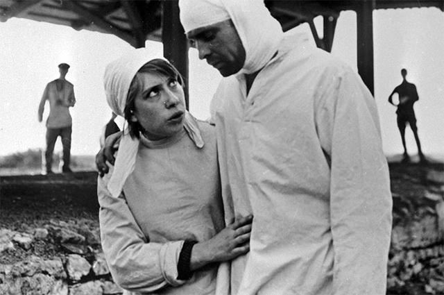 Народная артистка СССР Инна Чурикова в сцене из фильма режиссера Глеба Панфилова «В огне брода нет». 1971 г.