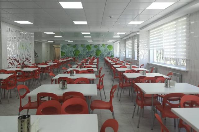 Новая столовая вмещает 300 учеников.