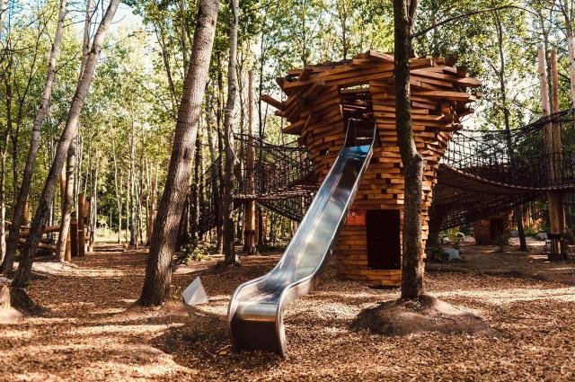 Детская площадка даёт огромный простор воображению. Все «лазилки» выдерживают взрослых— смело лезьте, если волнуетесь за чадо. Или лезьте без ребёнка, тут и взрослым будет весело.