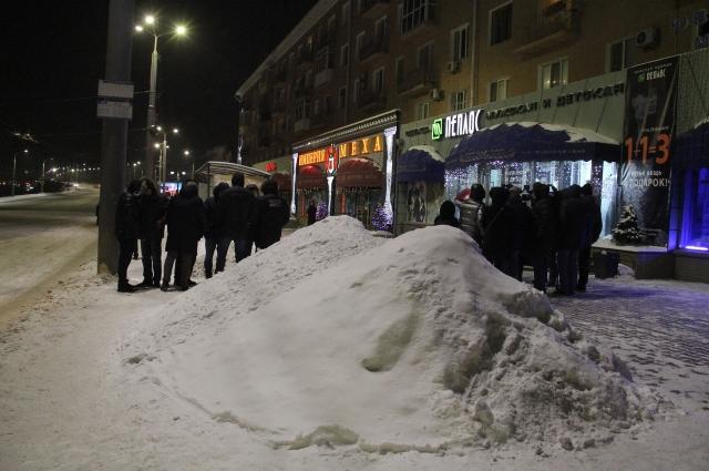 Магазины сдвигают снег на проезжую часть, такое встречается часто. Магазины сдвигают снег на проезжую часть, такое встречается часто.
