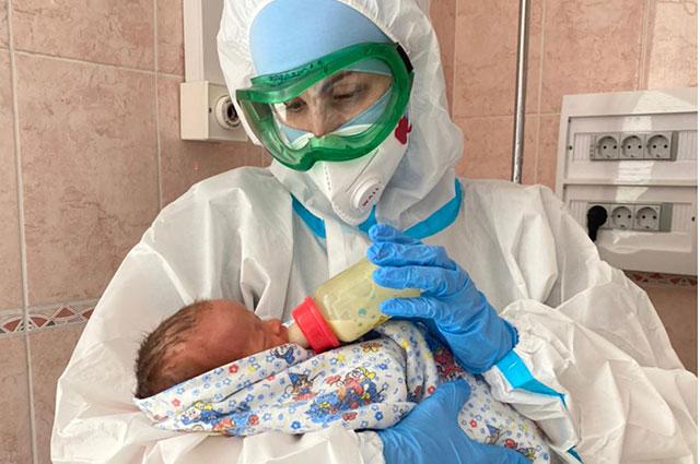 Первое кормление малыша в роддоме.