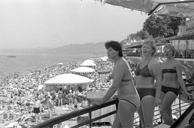 Отдыхающие на сочинском пляже Ривьера . СССР, около 1970 г. РГАКФД