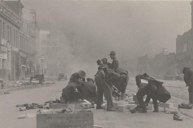 Сан-Франциско 1906 г. Солдаты армии США занимаются мародёрством, грабя обувной магазин