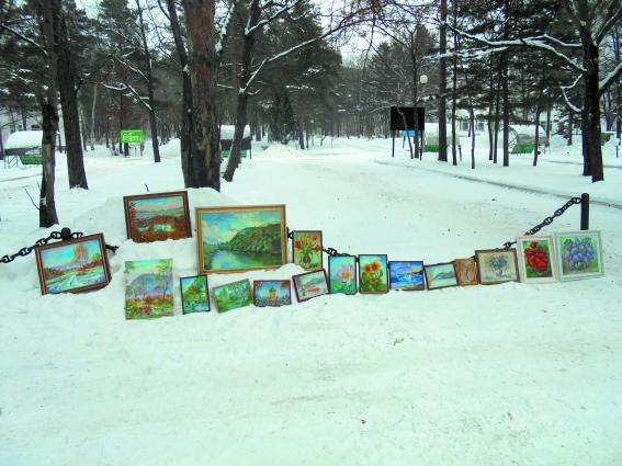 Живопись местных художников пока не пользуется спросом у туристов.