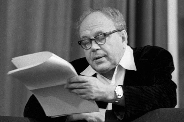 Главный режиссер московского государственного академического Малого театра народный артист СССР Борис Равенских.