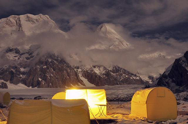Альпинисты разбивают лагеря в поистине живописных местах.
