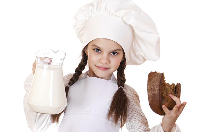 Девочка с хлебом и молоком