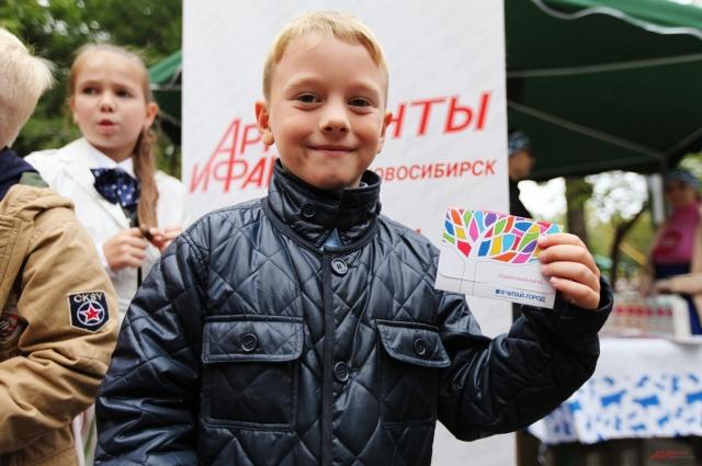 За знания дети получили подарочные сертификаты.