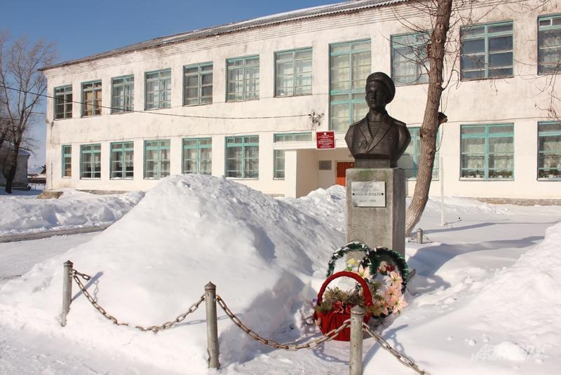 Перед сельской школой стоит бюст героя, перед ним всегда стоят свежие цветы