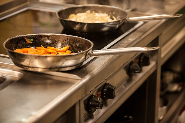 Среди факторов риска - избыток в рационе жареного мяса и острых приправ.