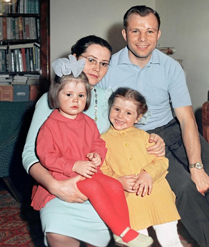 Юрий Гагарин с женой Валентиной и дочерьми Галей и Леной.