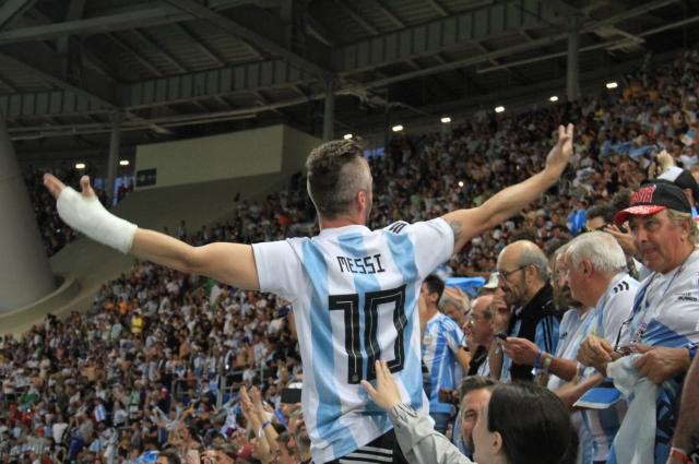 Болельщики из Аргентины залили стадион счастливыми слезами.