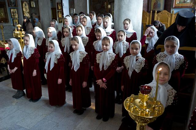 Дети монастырского приюта «Отрада» во время богослужения в Свято-Никольском Черноостровском женском монастыре.