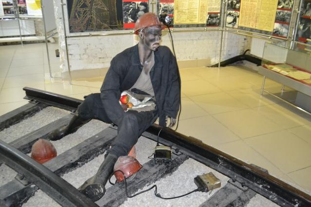 В 1998 г. в Кузбассе развернулась «рельсовая война»: шахтёры требовали выплатить долги по зарплате. Эти события тоже нашли отражение в музее.