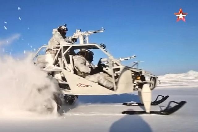 Военнослужащие на новейшем багги «Чаборз М-3» во время арктических учений на Земле Франца-Иосифа, март 2018 г. Шесть таких вездеходов примут участие в Параде Победы на Красной площади в этом году.