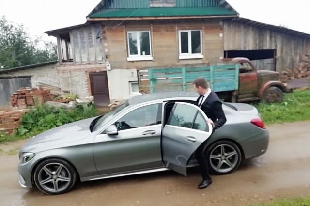 К дому Ольги Андрей подкатил на дорогом автомобиле.