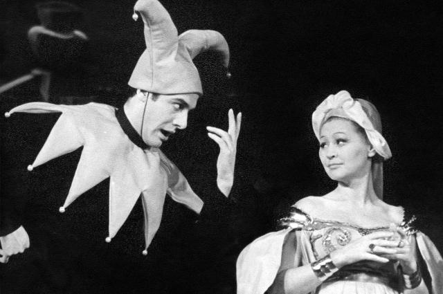 В. Шекспир «Двенадцатая ночь», режиссёр Н. П. Акимов. Шут - Г. И. Воропаев, Оливия - В. А. Карпова. Спектакль 1964 г.