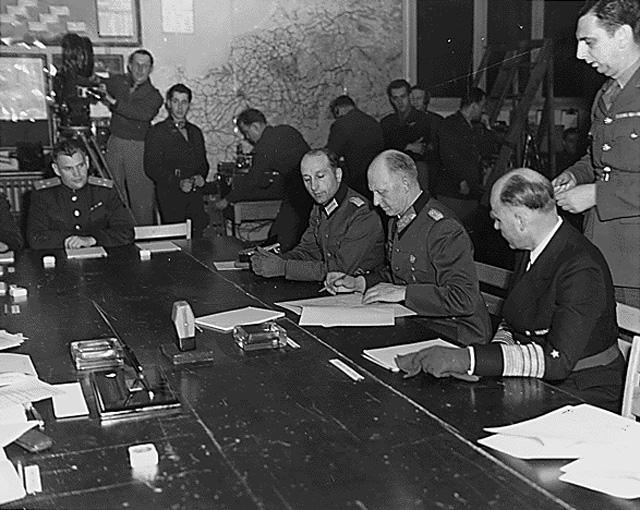 Генерал-полковник Альфред Йодль подписывает Акт о капитуляции в Реймсе