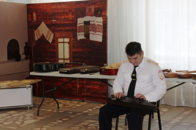 Полицейский не только создает старинные инструменты, но и свои собственные.
