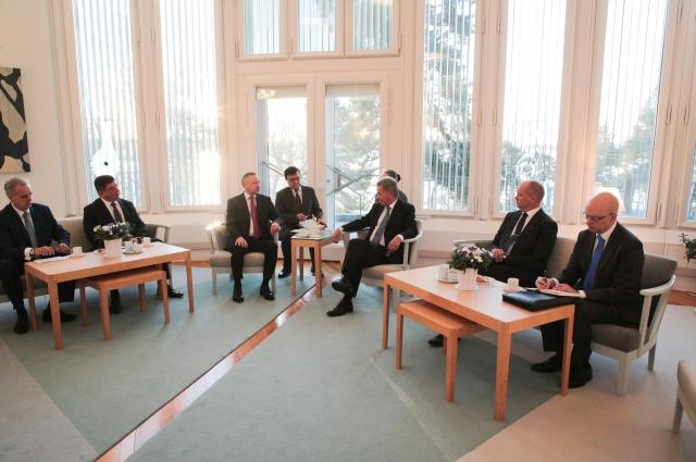 Губернатор поздравил Саули Нийнисте с наступающим Рождеством и Днем независимости Финляндии.