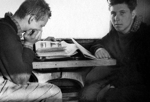 Игорь Дятлов (слева) и Петр Бартоломей возвращаются из похода.