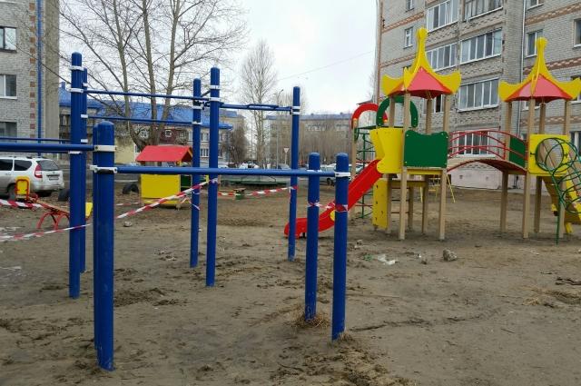 Детская площадка, где раньше играло много детей.