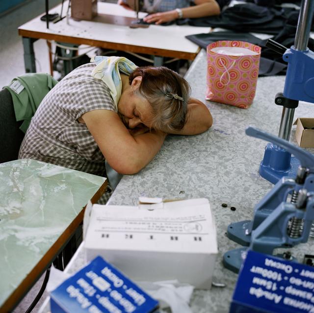 Рабочий день в колонии строго нормирован, но кого-то клонит в сон и за работой