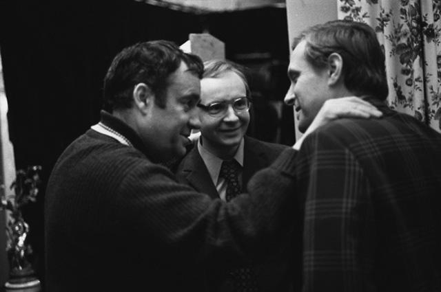Режиссер Эльдар Рязанов и артисты театра и кино Андрей Васильевич Мягков и Олег Валерианович Басилашвили во время съемки фильма «Служебный роман». 1977 год