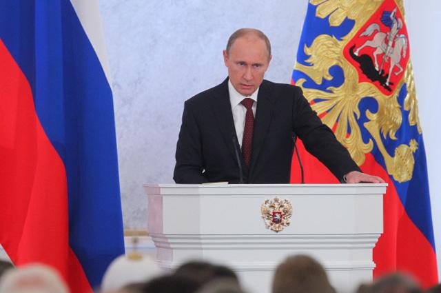 Президент России Владимир Путин выступает с ежегодным посланием к Федеральному Собранию РФ в Георгиевском зале Кремля, 2012 год