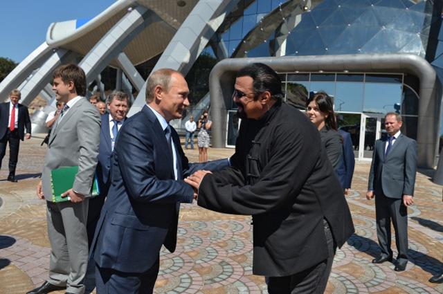 Президент России Владимир Путин и американский актер Стивен Сигал (слева направо на первом плане) во время посещения океанариума на острове Русский во Владивостоке. 4 сентября 2015 г.