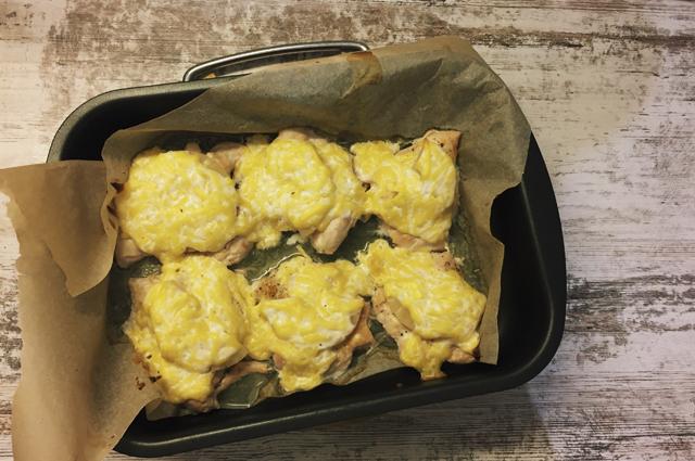 Фото курицы с ананасами в духовке.