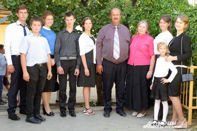 Супруги Алексей Николаевич и Анна Ивановна Батурины, проживающие в Кировском районе Волгограда, в этом году отпраздновали серебряную свадьбу. Их самое большое богатство - восемь замечательных детей.